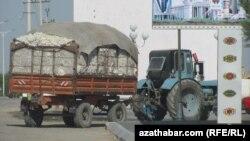 Üsti pagtaly traktor. Arhiwden alnan illýustrasiýa suraty.
