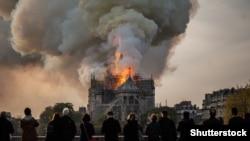 Catedrala Notre Dame de Paris arzând. 16 aprilie 2019