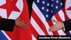 Lideri i Koresë së Veriut, Kim Jong Un takohet me presidentin amerikan, Donald Trump. 12 qershor, 2018.