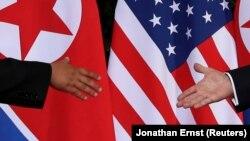 Ким Чен Ын и Дональд Трамп перед рукопожатием на встрече в Сингапуре, 12 июня 2018 года