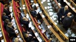 Радага чачылган Тимошенконун сүрөтү бар кагаздар. 21-ноябрь, 2013-жыл
