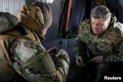 Украинский президент Петр Порошенко в диалоге со своим главнокомандующим в дороге на встречу с личным составом на востоке Украины. Февраль 2015 года