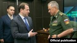 Министры обороны Армении и России - Давид Тоноян (слева) и Сергей Шойгу (архив)