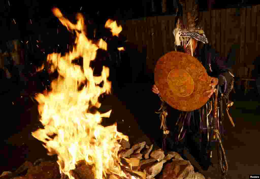 """Во время камлания шаманы покачиваются, играют на бубне или варгане и поют специальные песни, что приводит их в состояние транса и позволяет """"связаться"""" с предками."""
