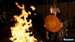 Rusiya şamanı Adıg Eeren (Ayı ruhu) ayinini icra edir