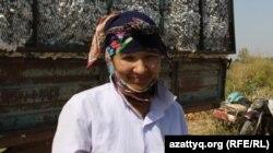 Өзбекстаннан мақта теруге келген 28 жастағы Нәзира. Оңтүстік Қазақстан облысы Мақтарал ауданы, 20 қыркүйек 2016 жыл.