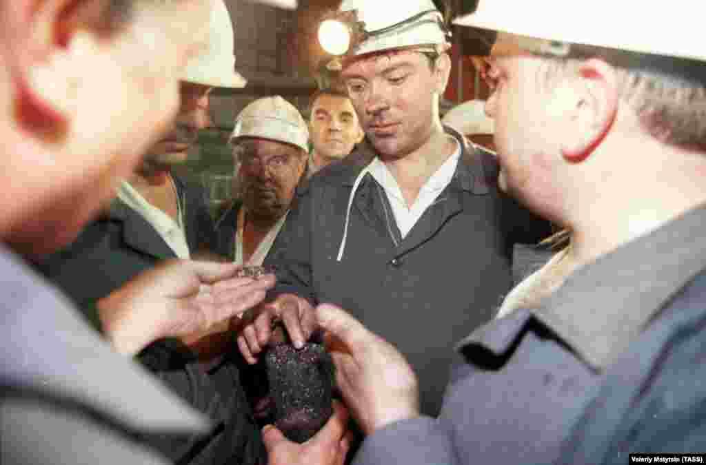 """Немцов като вицепремиер.На посещение във въглищната мина """"Октябрская-Южная"""" през 1998 г."""
