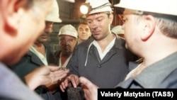 Первый зампред правительства России Борис Немцов в шахте «Октябрьская-Южная», 1998 год. Фото ТАСС