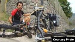 Магжан Сагимбаев рядом со своим велосипедом.