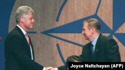 9 липня 1997 р. президент України Леонід Кучма потискає руку президентові США Біллу Клінтону під час церемонії підписання Хартії Україна-НАТО в Мадриді