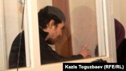 Подсудимый Саян Хайров пытается общаться со своей женой, Шынарой Бисенбаевой, в суде. Алматы, 7 ноября 2013 года.