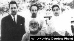 عبدالصمد خان اڅکزی ناست دی او کیڼ لاس ته د هغه لور ولیعهد (خور بي بي) ولاړه ده.