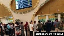 Ашхабод аэропортида билет олиш учун навбатда турганлар.