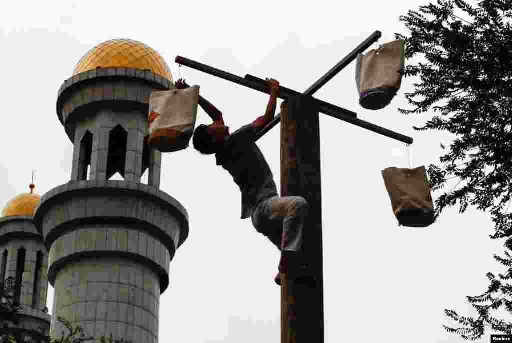 После праздничной молитвы на прилегающей к центральной мечети территории провели спортивные состязания.