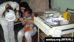 Медсестра берет кровь на анализы у ребенка. Иллюстративное фото.
