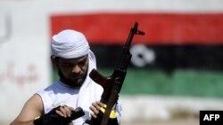 Триполиде суретке түсірілген ливиялық көтерілісші. 23 тамыз 2011 жыл.