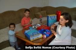 Safijina djeca otvaraju poklone na Bajram.