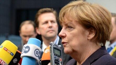 Cancelarul Angela Merkel adresîndu-se ziariștilor la Bruxelles înaintea summitului