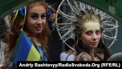 Учасники параду вишиванок
