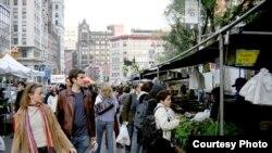 Фермерский рынок на Union Square: «Если еще несколько лет назад многие фермы разорялись и закрывались, не в силах свести концы с концами, то сейчас для фермеров наступили хорошие времена». [Фото — <i>GNU License Documentation</i>]