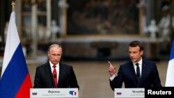 Presidenti rus, vladimir Putin dhe ai i Francës, Emmanuel Macron, gjatë një konference të përbashkët për media. Foto nga arkivi