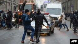 Задержание участника акции в Санкт-Петербурге.