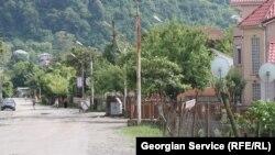 Бордели расположены в домах, замаскированных под гостиницы, в которых принимают клиентов девушки из разных стран, чаще всего из Узбекистана и других среднеазиатских государств