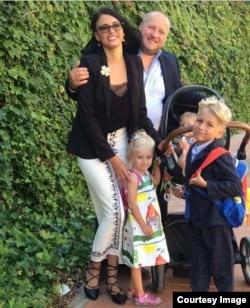 Ольга Литвиненко с мужем Петром и тремя детьми Мишей, Диной и Сарой