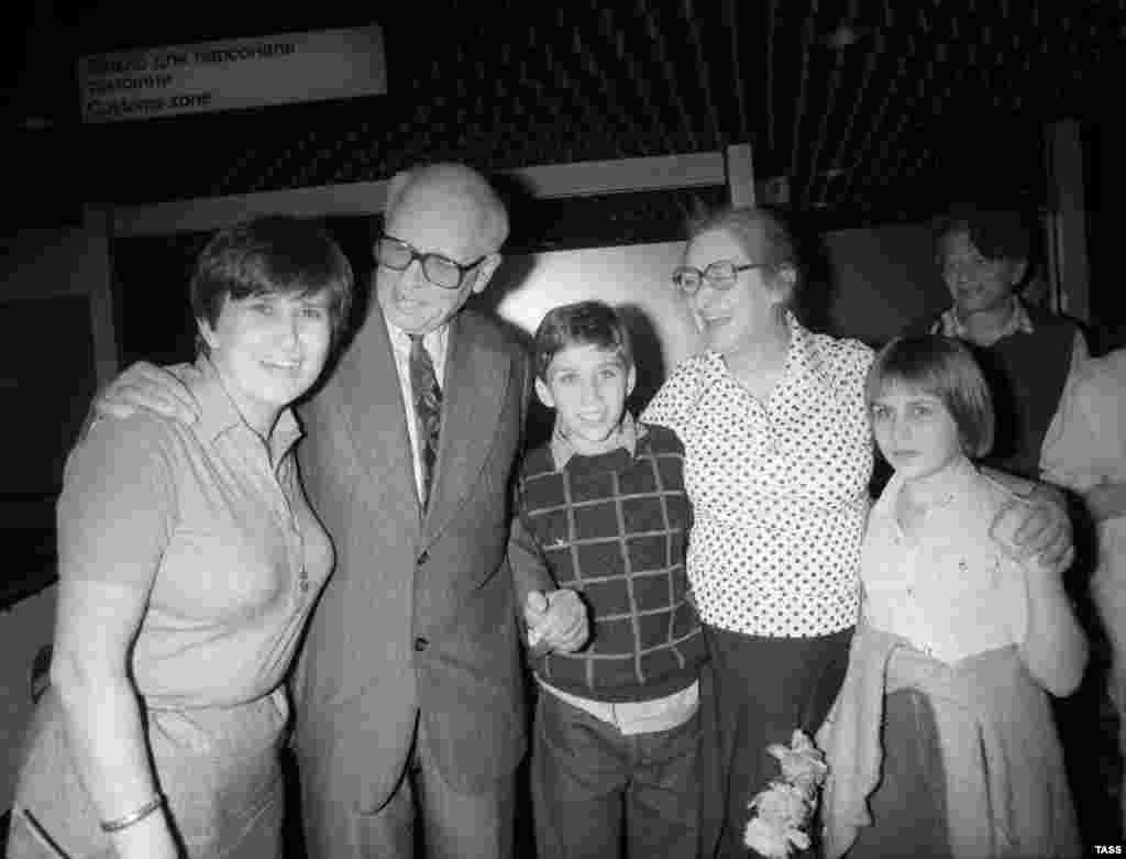 Семья Сахарова: Андрей Дмитриевич, Елена Боннер, дочь Боннер Татьяна Янкелевич (слева) и внуки в аэропорту.