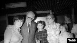 Андрей Сахаров и его супруга Елена Боннэр с дочерью Боннэр Татьяной Янкелевич (слева) и внуками во время встречи в аэропорту, 1987 год