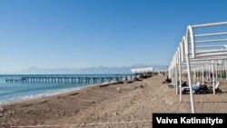 Пляж в турецком городе-курорте Анталия. Иллюстративное фото.