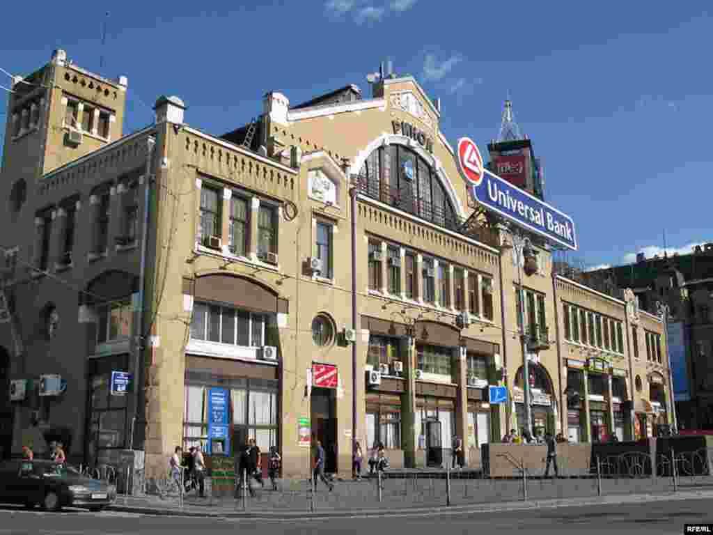 «Бесарабка»Центральний ринок Києва. Відповідно – найдорожчий, це ж Хрещатик! Обов'язкове місце для відвідування іноземцями. Це також популярний знімальний майданчик для кулінарних телепрограм. Біля Бесарабки притулився гранітний Ленін, неподалік демонструється сучасне мистецтво та продаються найдорожчі авто.