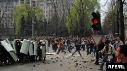 Lupte de stradă în faţa parlamentului
