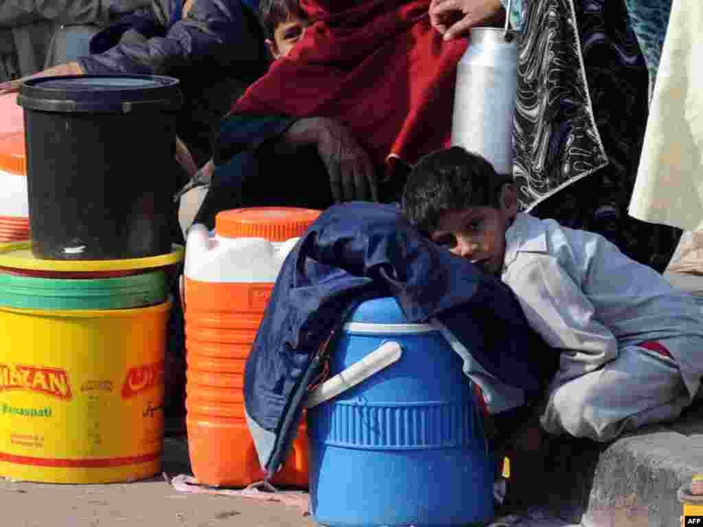 Пакістан: хлопчык у чаканьні раздачы бясплатнага малака