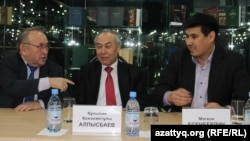 Ақын Несіпбек Айтұлы (сол жақта), әдебиеттанушы Құныпия Алпысбаев (ортада) және Ілияс Есенберлиннің немересі Мағжан Есенберлин (оң жақта). Астана, 15 қаңтар 2015 жыл.