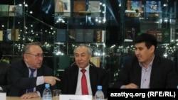 Поэт Несипбек Айтулы (слева), Магжан Есенберлин - внук писателя Ильяса Есенберлина (справа). Астана, 15 января 2015 года.