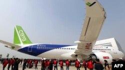 Қытайдың алғаш жасап шыққан C919 ірі жолаушылар ұшағы. Шанхай, 2 қараша 2015 жыл.