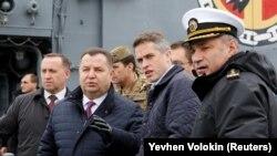 Британский министр обороны Гэвин Уильямсон (второй справа) и украниский министр обороны Степан Полторак (третий справа), 21 декабря, Одесса