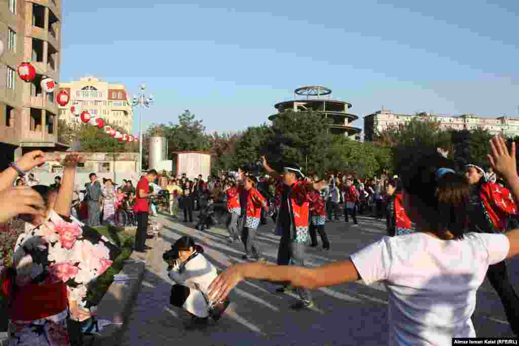 Во всех танцах активное участие принимали и зрители от мала до велика.