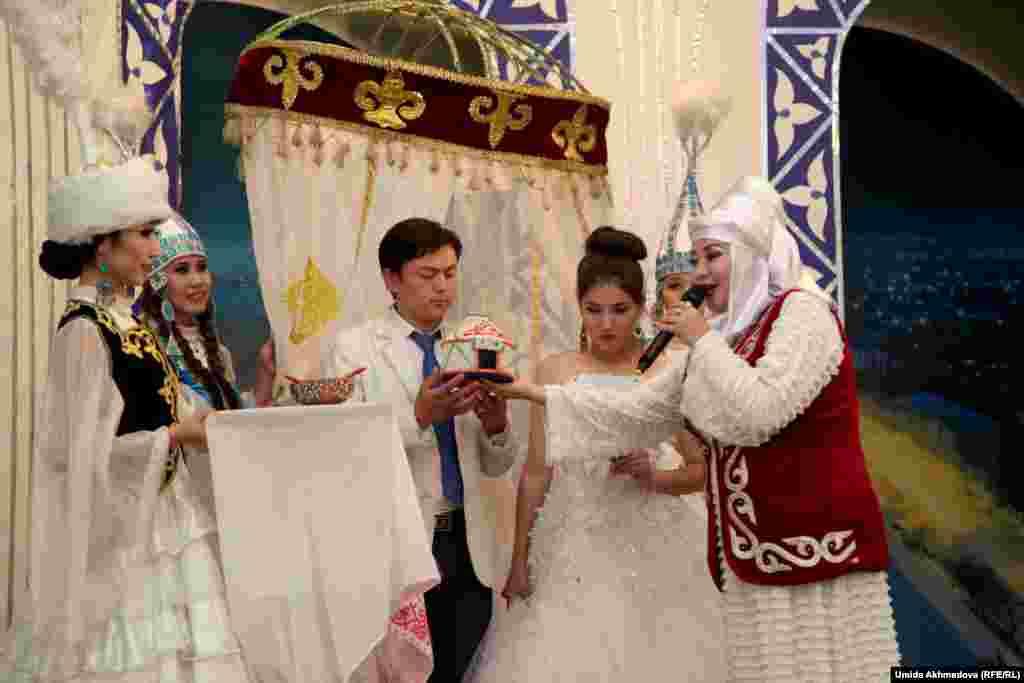 В этот вечер на сцене были не только танцы. Поставили и театрализованное представление казахского свадебного ритуала.