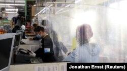 У США продовжують відновлювати роботупідприємства по всій країні, попри виявлення щодня близько 23 тисяч нових випадків COVID-19