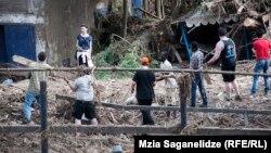 Meýletinçiler haýwanat bagyny arassalaýarlar, Tbilisi, 15-nji iýun, 2015