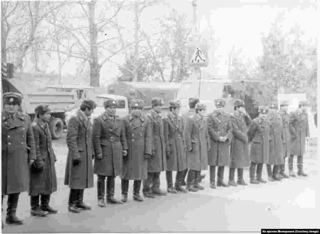 1988 елның 14 февралендә Бекобадта кырымтатарлар митингын күзәтүче милиция хезмәткәрләре.