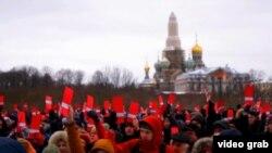 Pamje nga tubimi në mbështetje të Navalnyt në Shën Petersburg