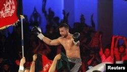 Афганец Хамид Рахими празднует победу в матче за чемпионский пояс по версии Всемирной боксерской организации. Кабул, 30 октября 2012 года.