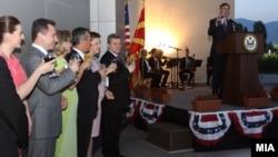 Коктел за 4 јули во Американската амбасада во Скопје. Говор на амбасадор Пол Волерс.