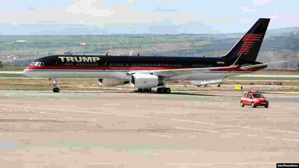 დონალდ ტრამპის პირადი თვითმფრინავი თბილისის აეროპორტში.