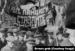 Кадр із фільму. Транспарант написаний українською мовою, що засвідчує, що Донбас був україномовним до приходу радянської влади