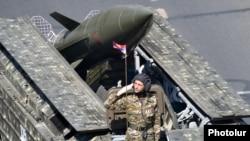 Армянский военный на фоне российской ракеты «Точка» на параде в Ереване. Архивное фото