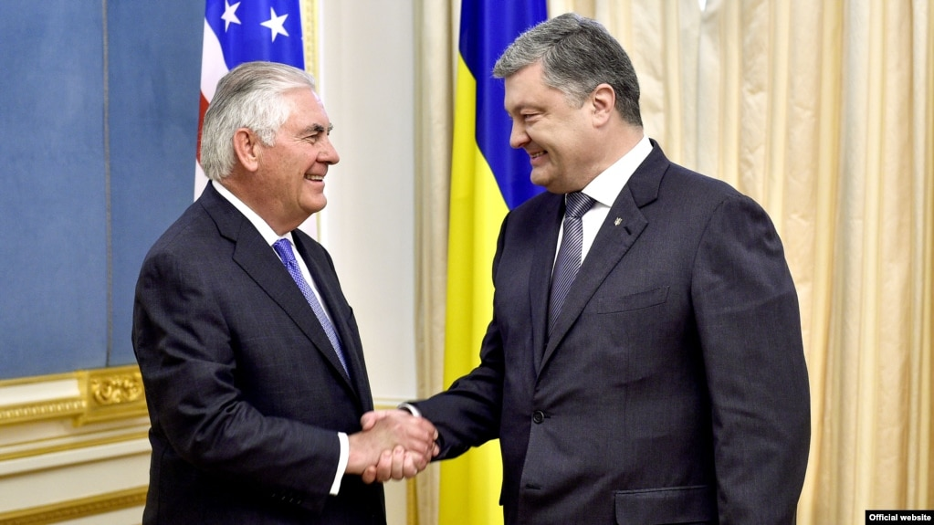 Ukrainian President Petro Poroshenko (right) and U.S. Secretary of State Rex Tillerson in Kyiv on July 9.